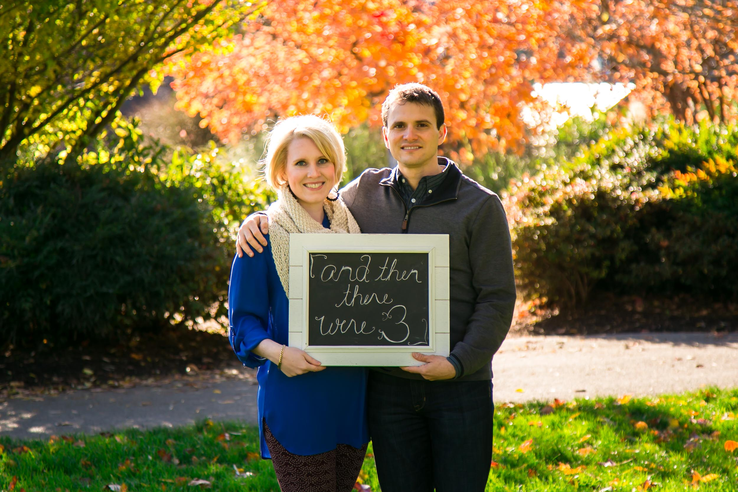 Seattle Family Photographer | G. Lin Photography | Couple holding sign in park