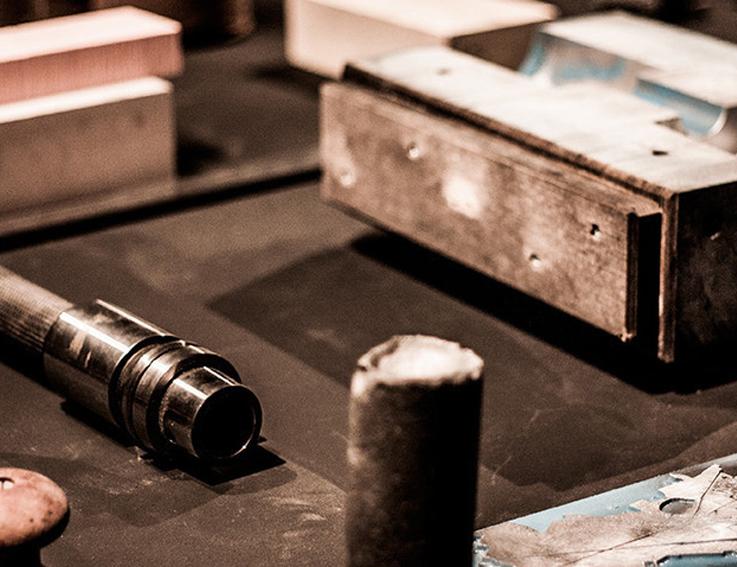 ORIGINI  Siamo eredi di una tradizione nel creare rapporti tra il mondo industriale e quello creativo. Nel corso degli anni abbiamo collaborato con istituzioni e clienti privati in tutto il mondo occupandoci di industrial design, arte ed architettura. L'idea iniziale che ha cominciato a prender forma nel 2007, ha presto coinvolto un largo numero di collaboratori interni ed esterni, portando alla definizione del processo brevettato t-sculpt, alla creazione dello studio multidisciplinare ho1, ed alla costituzione della società e brand Phosphorus Imperfect.   2007  Nascita dei primi concept di oggetti t-sculpt a seguito dell'intuizione del possibile sviluppo di una tecnologia interna a Selfgroup.  2008  Realizzazione del primo prototipo t-sculpt. Germina l'idea di creare una piattaforma multidisciplinare dove i laboratori industriali Selfgroup diverranno spazio di sperimentazione e produzione per artisti, designers e scienziati…un tragitto che sarà accompagnato da parties e divertimento!  2009  Deposito del brevetto t-sculpt. Prime mostre a Chicago e S. Francisco, grazie al supporto dello studio Architecture and Vision.  2010  Sviluppo dell'idea di uno spazio e studio multidisciplinare. Iniziamo ad espandere la nostra comunità interna coinvolgendo professionisti provenienti da ambiti e competenze diverse.  2011  Fondazione della società Phosphorus Imperfect allo scopo di gestire il progetto t-sculpt.  2012  Nasce ufficialmente ho1: studio e comunità multidisciplinare, si occuperà di ricerca, sperimentazione e produzione di oggetti di arte e design contemporaneo in edizione limitata, svilupperà altresì la maggior parte dei prodotti d'avanguardia commercializzati dal brand Phosphorus Imperfect. ho1 nasce come terreno su cui sviluppare e modellare il futuro. E' composta da artisti, designers, artigiani, scienziati ed ingegneri e lavora sulle infinite possibilità offerte dalle vecchie e nuove tecnologie.  2014  La tecnologia t-sculpt ed una selezione di oggetti della colle