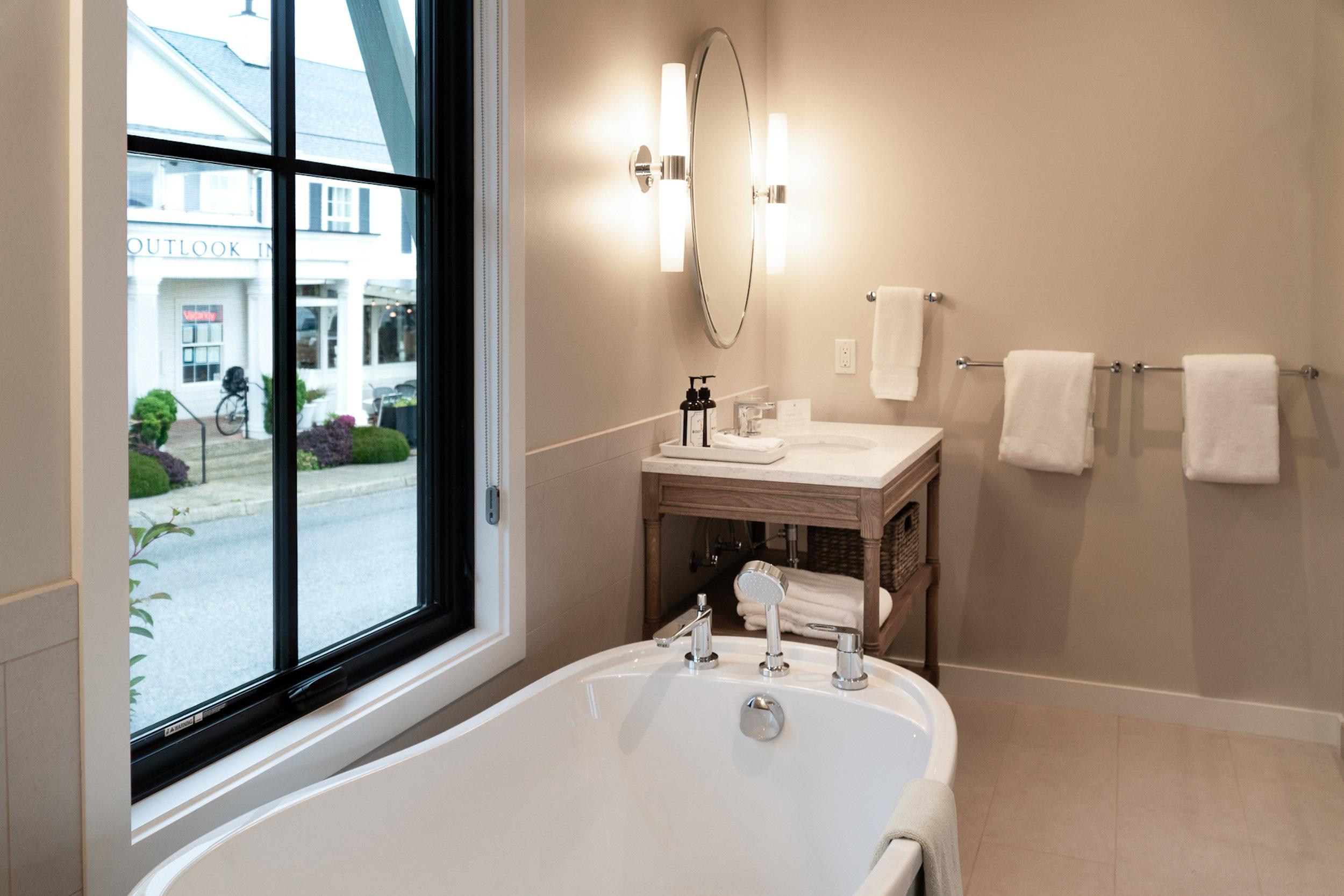 Kingsuites_Large_Bathrooms.jpg