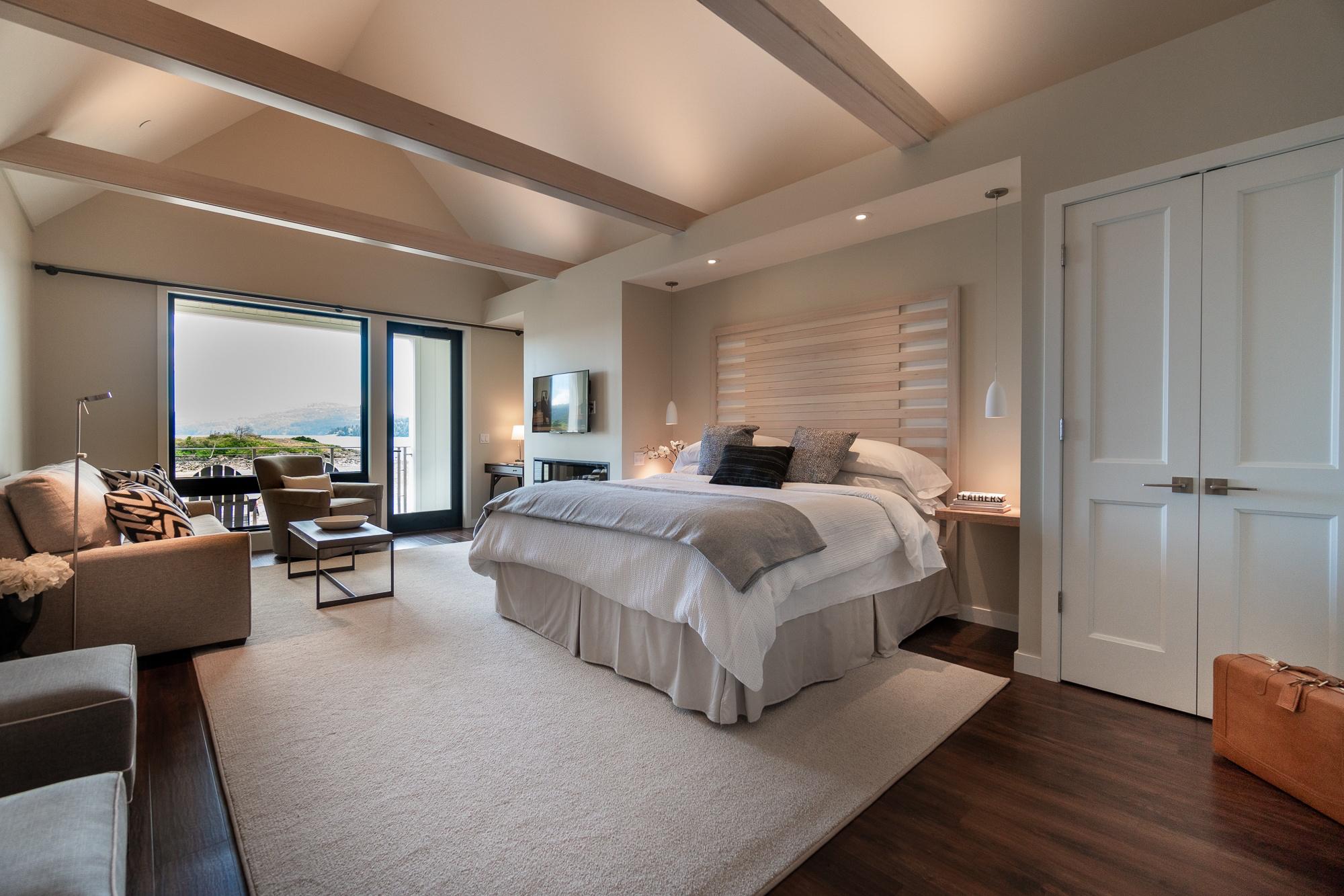 king-suite-outlook-inn-waters-edge-hotel-waterfront-orcas-sanjuanislands.jpg