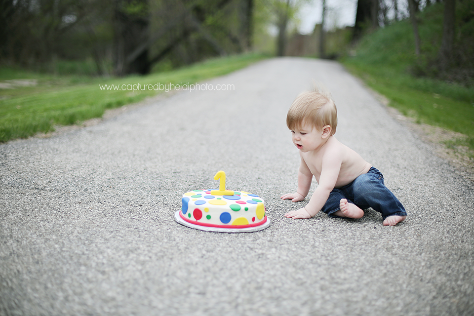 1-central-iowa-children-photographer-huxley-ames-cake-smash-session-captured-by-heidi.png