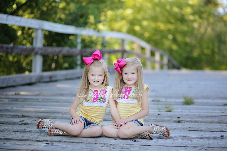 6-central-iowa-family-photographer-huxley-leon-desmoines-salsberry-family-pictures-twin-sisters.png