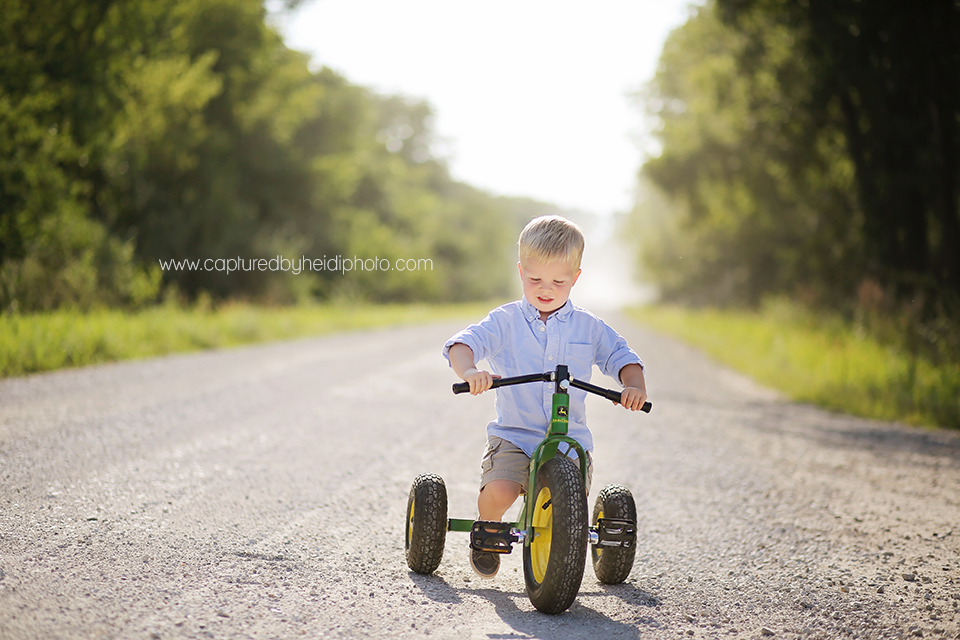 4-central-iowa-children-photographer-huxley-desmoines-corydon-photographer-three-year-old-boy-pictures-klingbeil.png