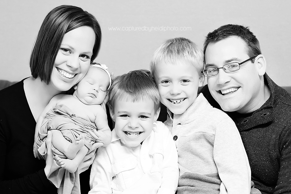 4-central-iowa-newborn-photographer-huxley-desmoines-newborn-girl-pictures-with-siblings.png