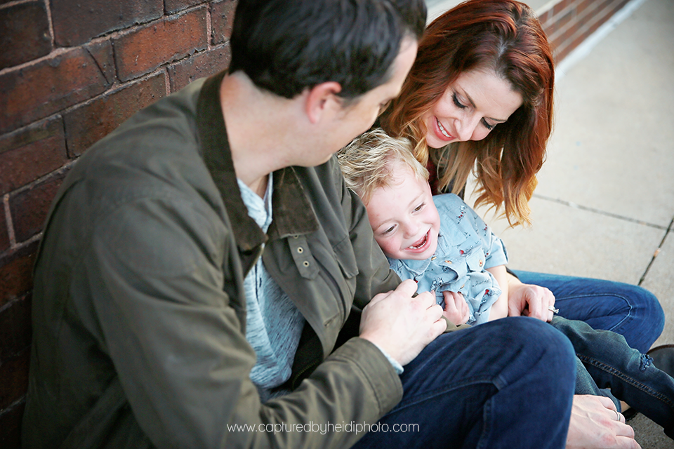 3-central-iowa-family-photographer-huxley-ames-desmoines-downtown-court-ave-nick-shandra-vanberkum-captured-by-heidi.png