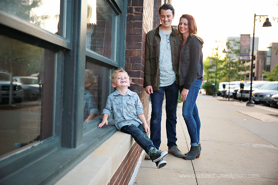 5-central-iowa-family-photographer-huxley-ames-desmoines-downtown-court-ave-nick-shandra-vanberkum-captured-by-heidi.png