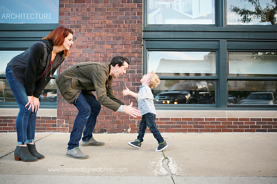 4-central-iowa-family-photographer-huxley-ames-desmoines-downtown-court-ave-nick-shandra-vanberkum-captured-by-heidi.png