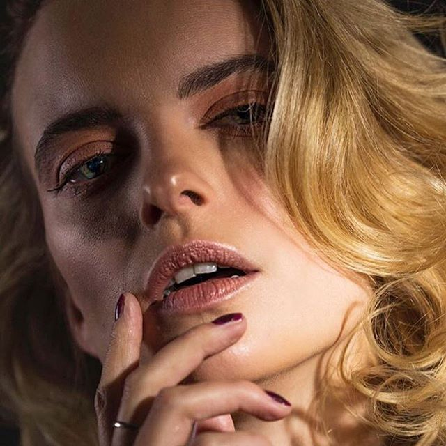I've been dying to share these! Old school glam creating using @swiitchbeauty  #bubbleblush palette to contour & stain the lips! @maccosmetics lightly brushed over the eyelid! Subtle is everything!! #kellifuchsmakeup 📸 @nicolelaxtonphotography 👱🏻♀️@imsophieholmes @bossmodelsjhb @imgmodels 💄@kellifuchsmakeup 💇🏻♀️@elialopes • #makeupbyme #makeupartist #makeupandhair #beauty #beaty #maccosmetics #macprosa #macpro #swiitchbeauty