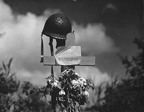 Silent_tribute_to_an_American_soldier_at_Carentan,_Normandy,_France_-_19440617.jpg