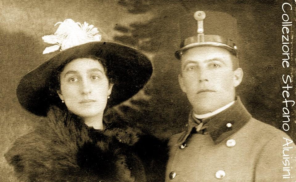 Marzo del 1918, lei si chiamava Vittoria, una ragazza di origini italiane nel giorno del suo matrimonio. Non sappiamo nulla di più, solo questa immagine che resta sospesa nel tempo come lo sguardo dei due giovani - fotografia proveniente dalla Slovenia