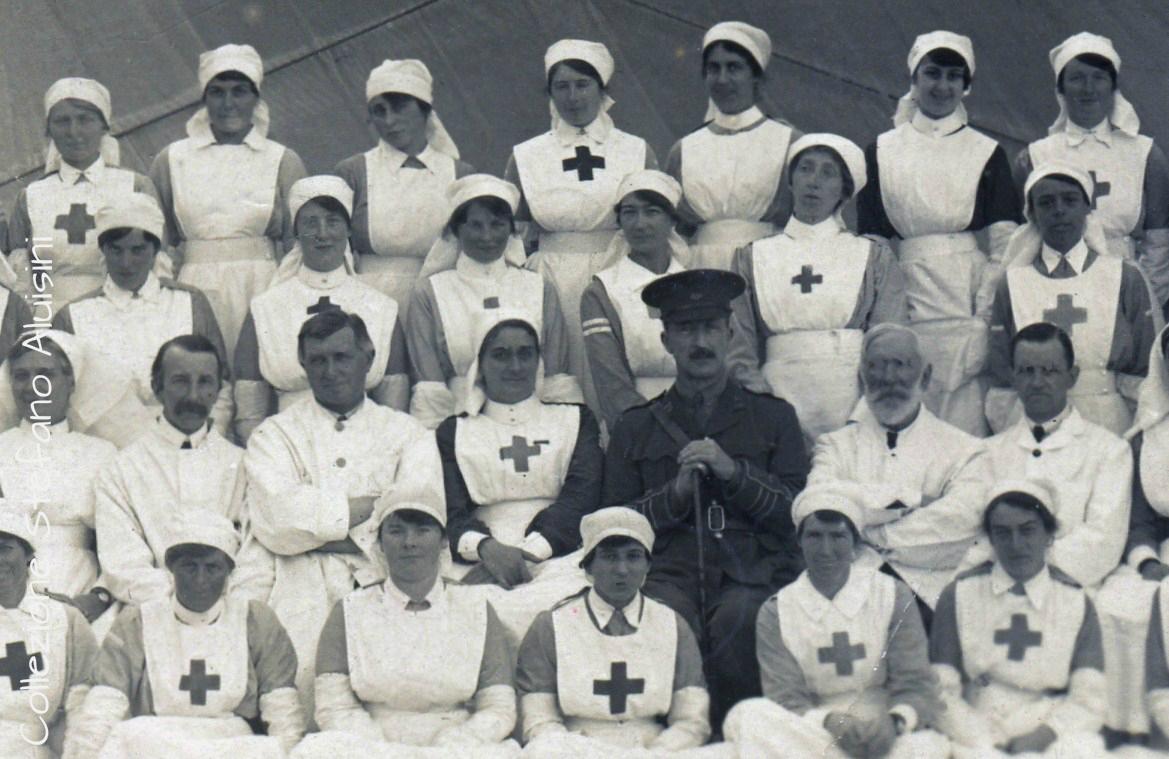 Ufficiale dell'Esercito Britannico con Medici e Infermiere volontarie - particolare da fotografia - provenienza Gran Bretagna - annotata come:Colliton House Red Cross Hospital Staff - Dorchester 1917 (sul particolare della fotografia lo sfondo è la tenda di un ospedale da campo)