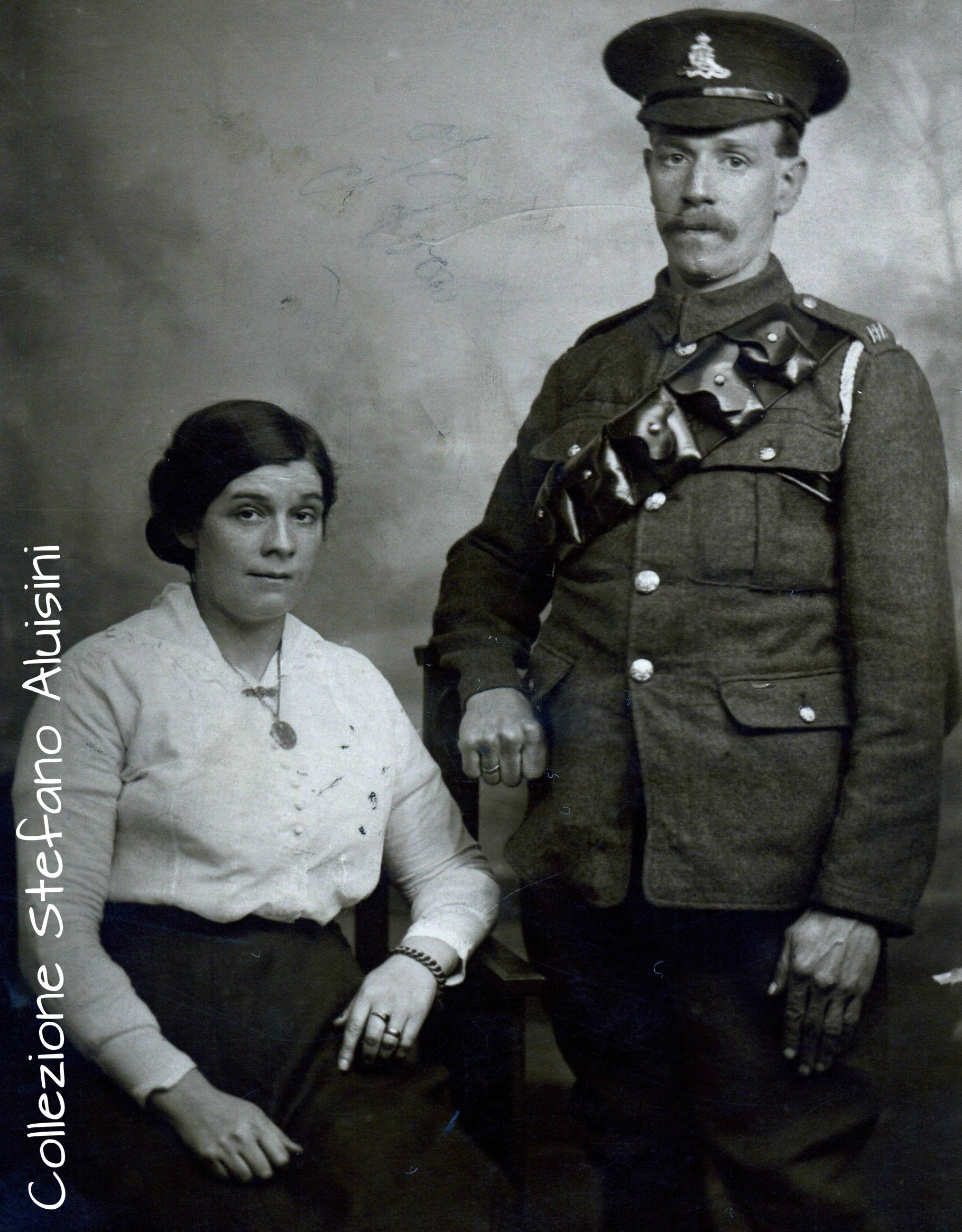 Sopra a destra: Artigliere Britannico ritratto con la moglie: fotografia proveniente dalla Gran Bretagna – probabilmente in servizio presso la Royal Horse Artillery a supporto della Yorkshire Mounted Brigade la cui batteria prestò servizio in Medio Oriente dal 1916 al 1918