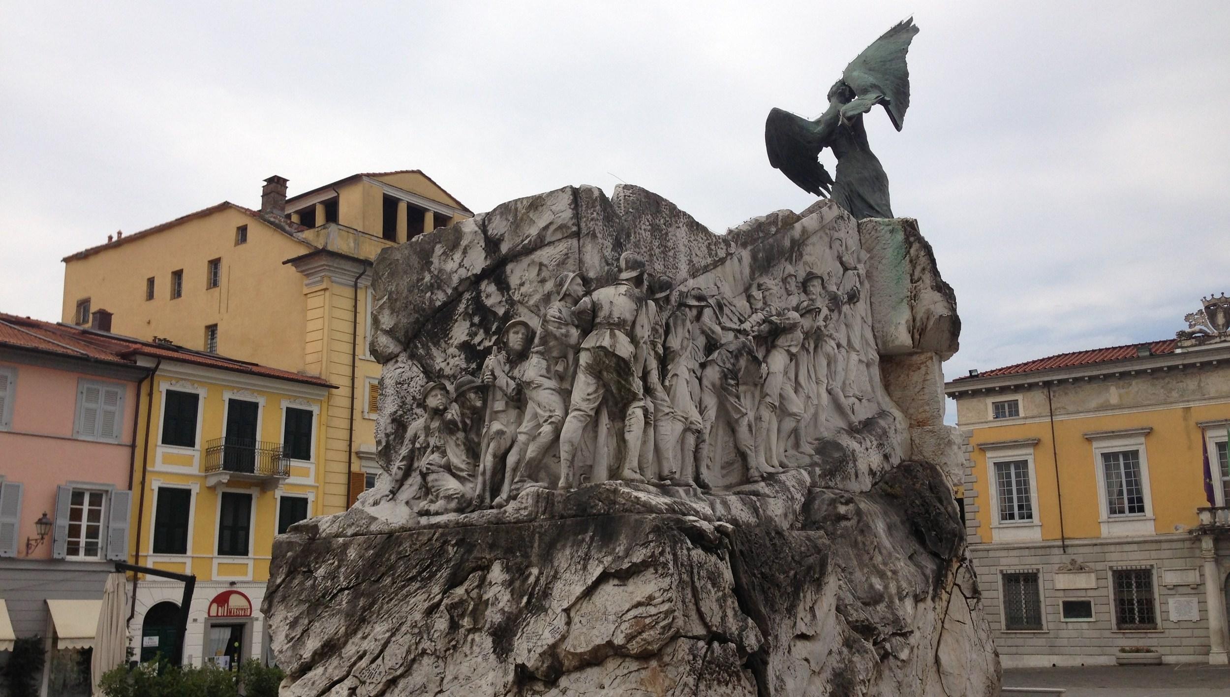 Il monumento ai Caduti della Grande Guerra di Sarzana (SP) -fotografia di Andrea Aluisini
