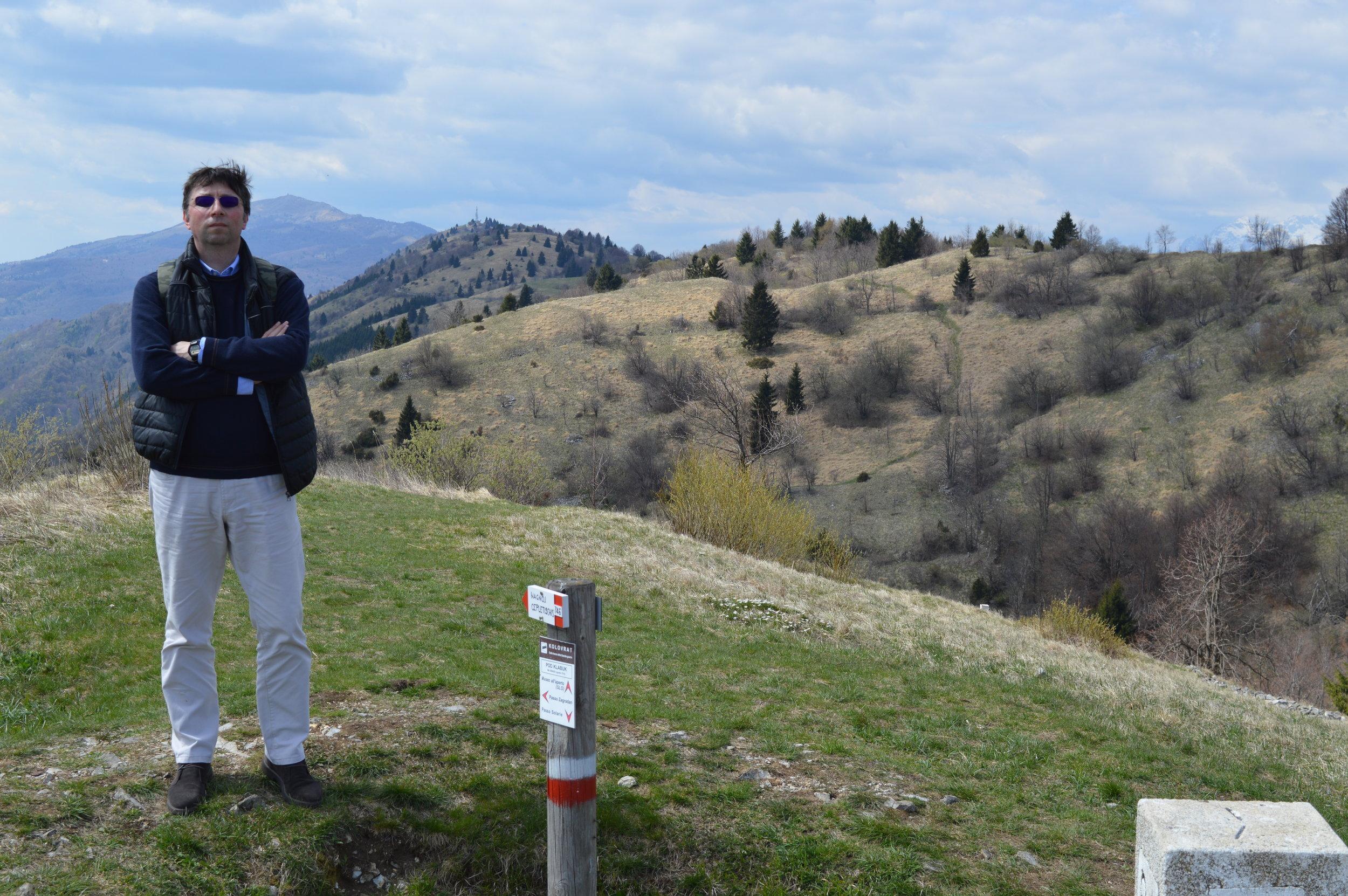 Podkabluc (Kolovrat), sullo sfondo il M. Kuk e il Matajur - confine sloveno, 18 aprile 2019