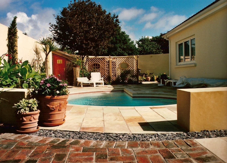 Spiral swimming pool
