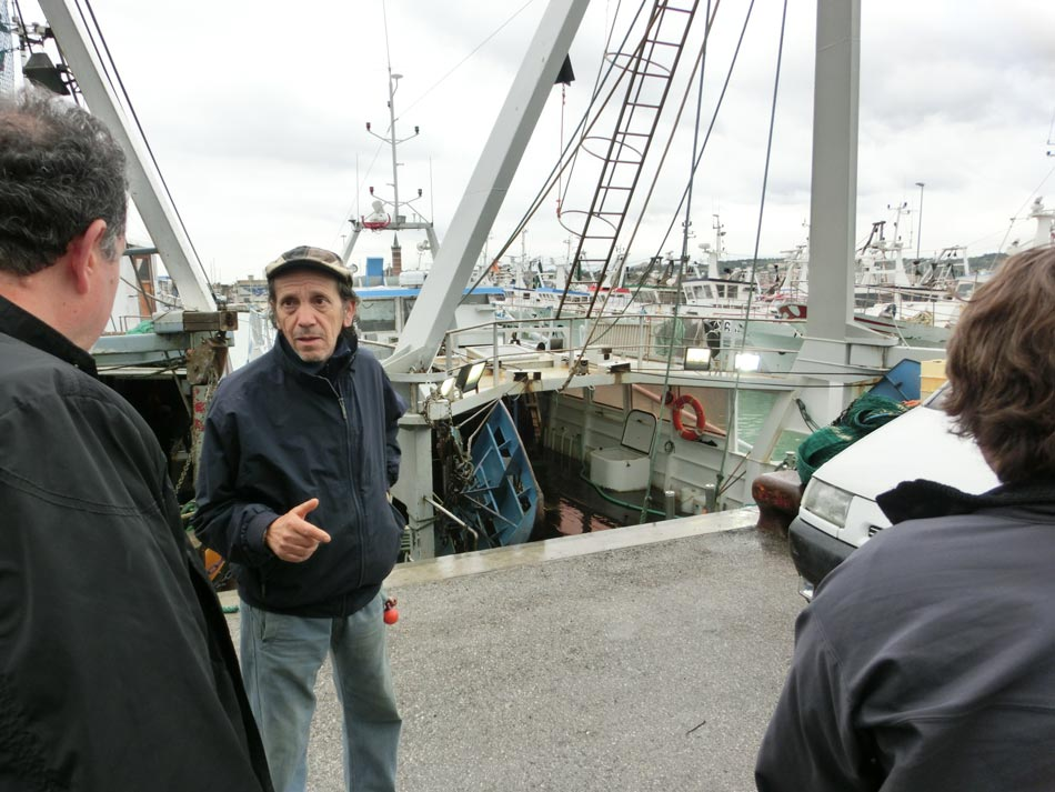 Talking with the owner of a fishing boat at Civitanova's port.