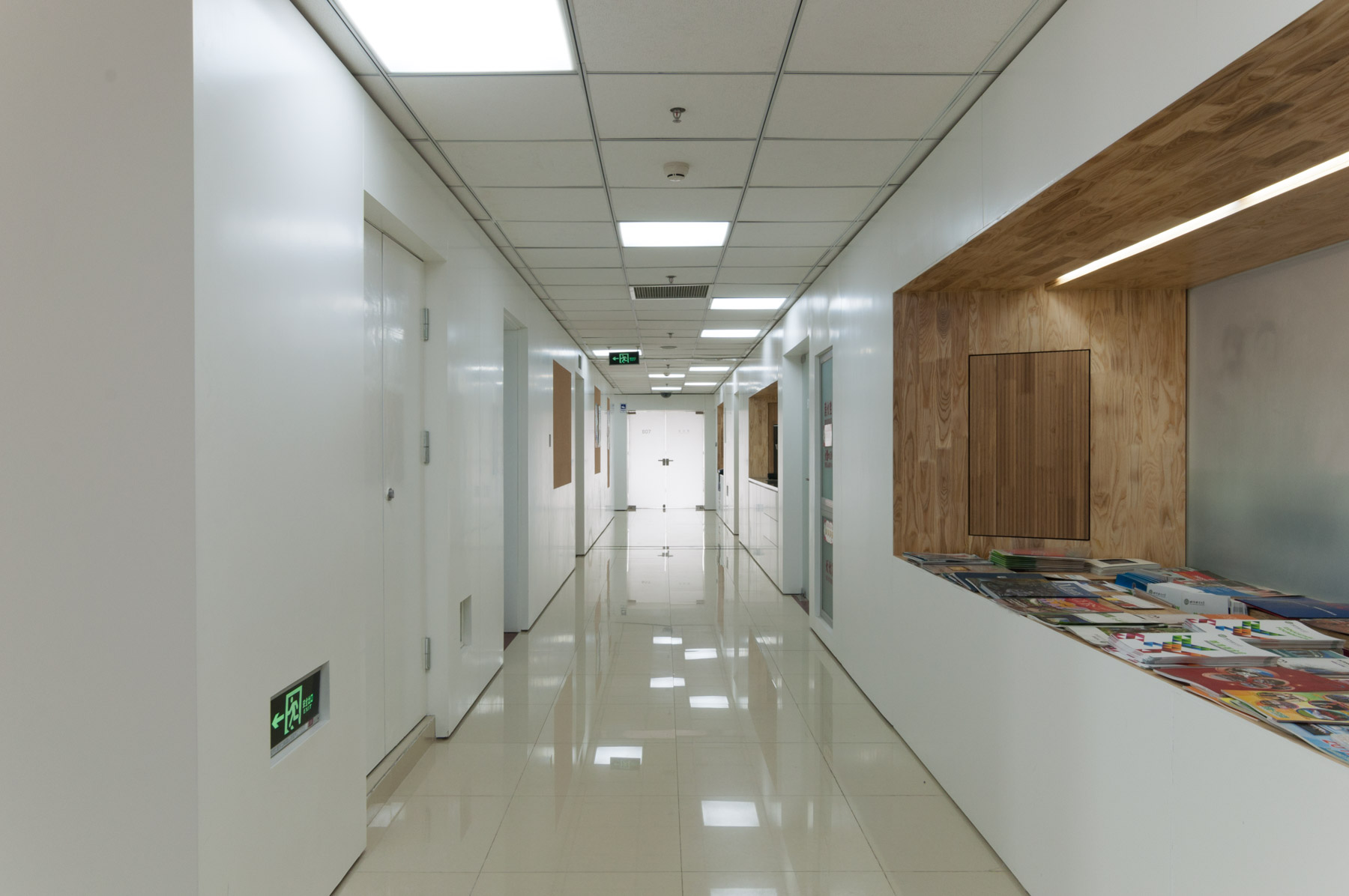 The corridor was remodeled to integrate three public functions: Information bar, tea/coffee kitchen and copy center.