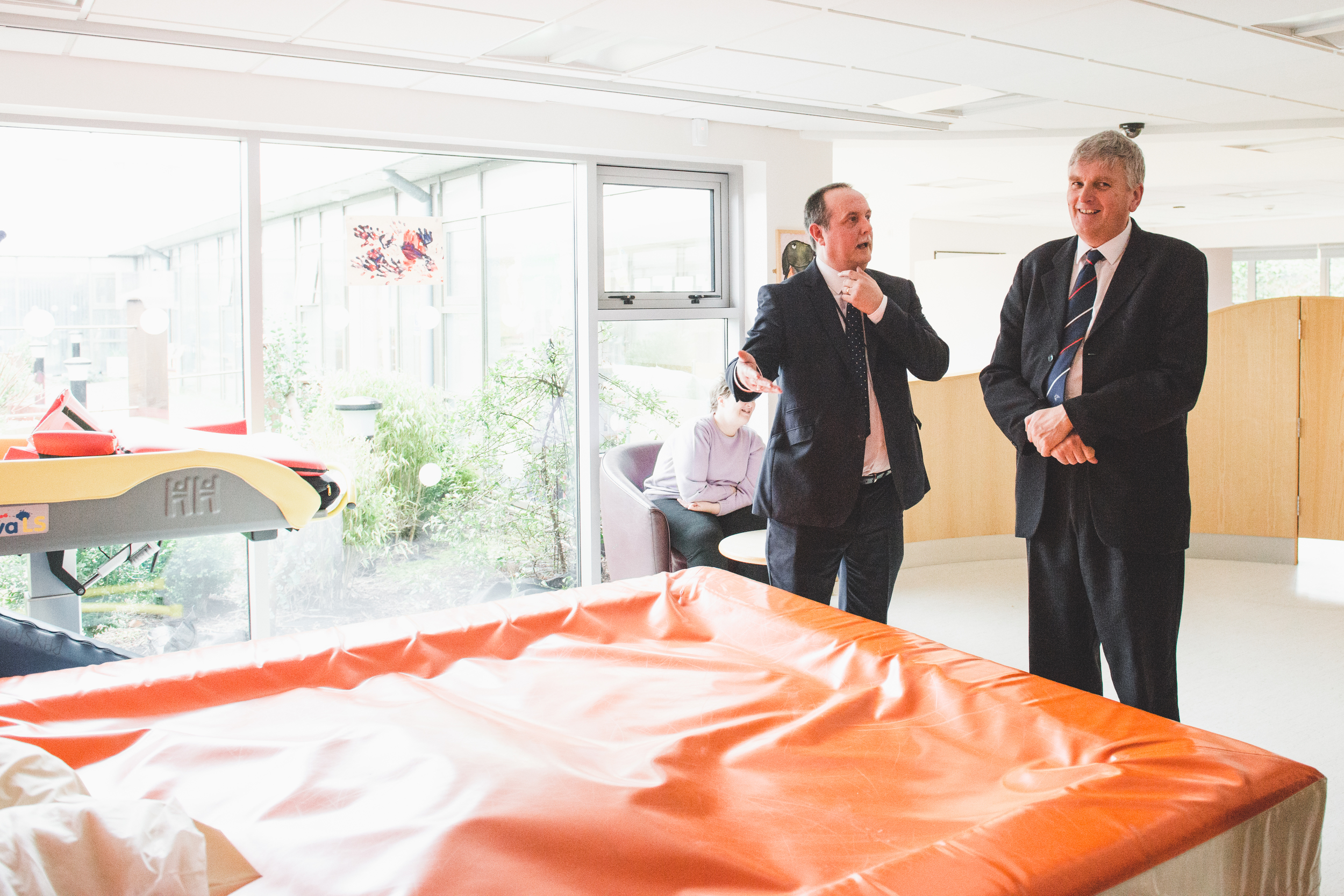 Raphael Kearns of the Lisburn Assessment & Resource Centre shows Health Minister Jim Wells the Centre  '  s facilities