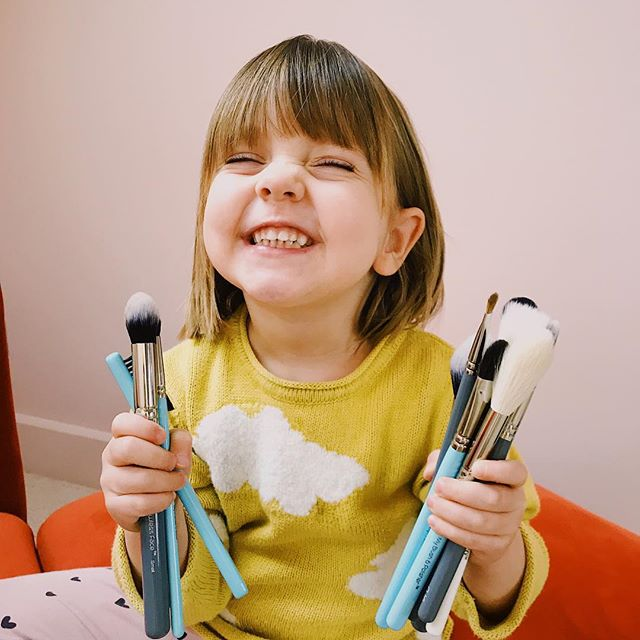 In case you missed the Brush Guide featuring my recent @mykitco haul then you're in luck. It's now up in my highlights. Will you love them as much as Edie does? The My Kit Co sales ends on the 31st Jan, so don't miss out on their discount! . . . . . #makeupgeek #beautygeek #makeuphaul #haul #makeupartistlondon #mykitco #realtechniques #maccosmetics #tushbrushes #makeupjunkies #igmakeupartist #beautybloggeruk #mylittleassistant #makeupassistant #tinytinymoments #edierosephelps #kidsfashion #makeupaddiction