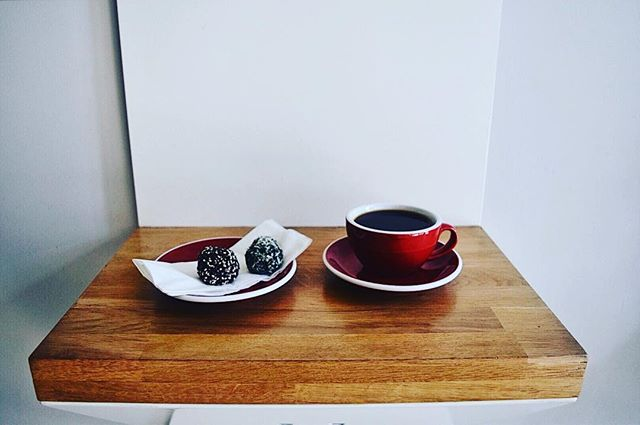 Some #MondayMotivation courtesy of @joesdublin and @thebarnberlin and our own protein balls . . . . . . #coffee #protein #proteinballs #healthyfood #healthytreats #healthysnacks #goodforyou #goodfood #joes #morning #morningmotivation #morningjoe #filter #filtercoffee #chemex #kalita