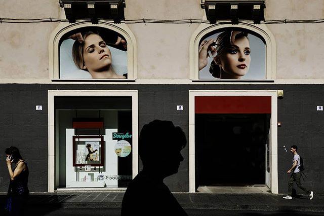 #streetphotography #viaetnea  #reportage #girls  #weddingphotographer #fotografiasicilia #weddingreportage  #canonitalia#shadow #streetphotography