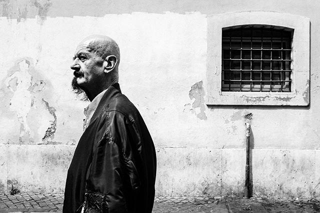 Trastevere, Roma . . . .  #hsdailyfeature #streetmeetina #urbanandstreet #symmetricalmonsters #streetmobs #seemycity #uncalculated #guardiancities #yngkillers #1stinstinct #meistershots #streetframe #citykillerz  #ig_italy #instaitaly #igersitaly #loves_italia #fujifeed #myfujifilm #focalmarked