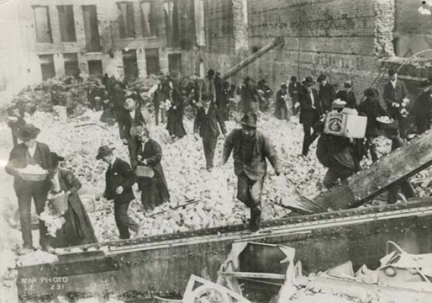 Looters at the Palace 1906