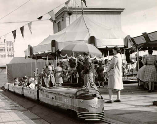 Emporium rooftop xmas carnival-1947.jpg