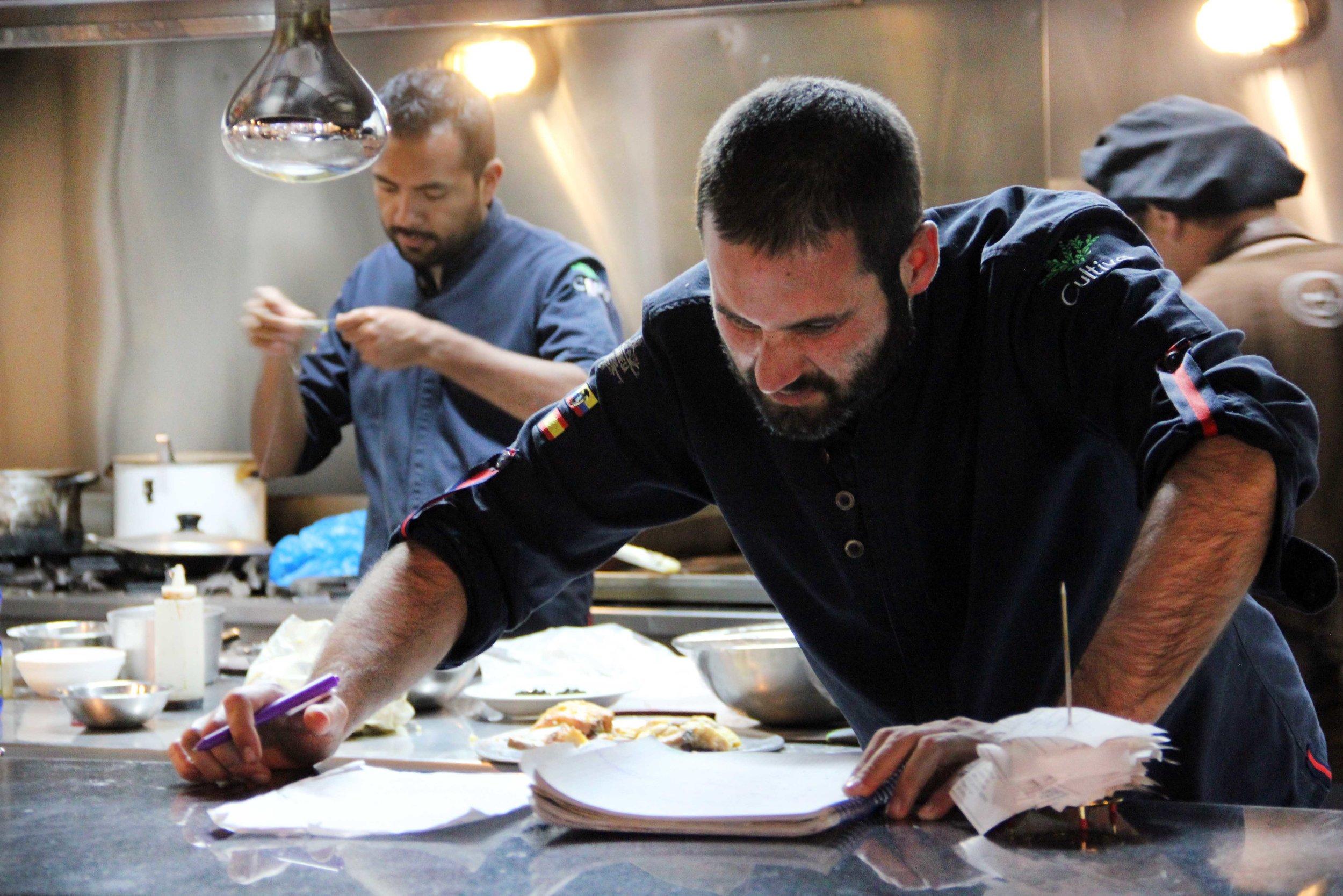 Chef Jose Sogues trabajando