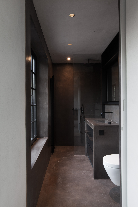 vloer, wanden en lavabomeubel :Stuc&Stone kalkglanspleister