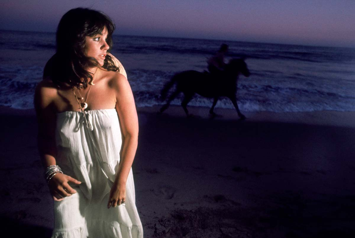 "Linda Ronstadt. ""Hasten Down the Wind."" Malibu 1975.    Photograph by Ethan Russell.         Copyright: © Ethan Russell"
