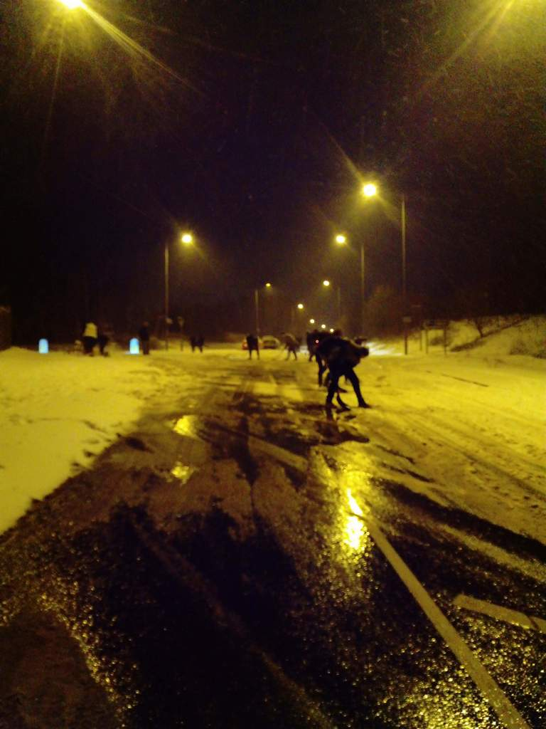 Serve On and other spontaneous volunteers clearing roads around Salisbury as Storm Emma caused chaos. Picture by Ricky Ball.