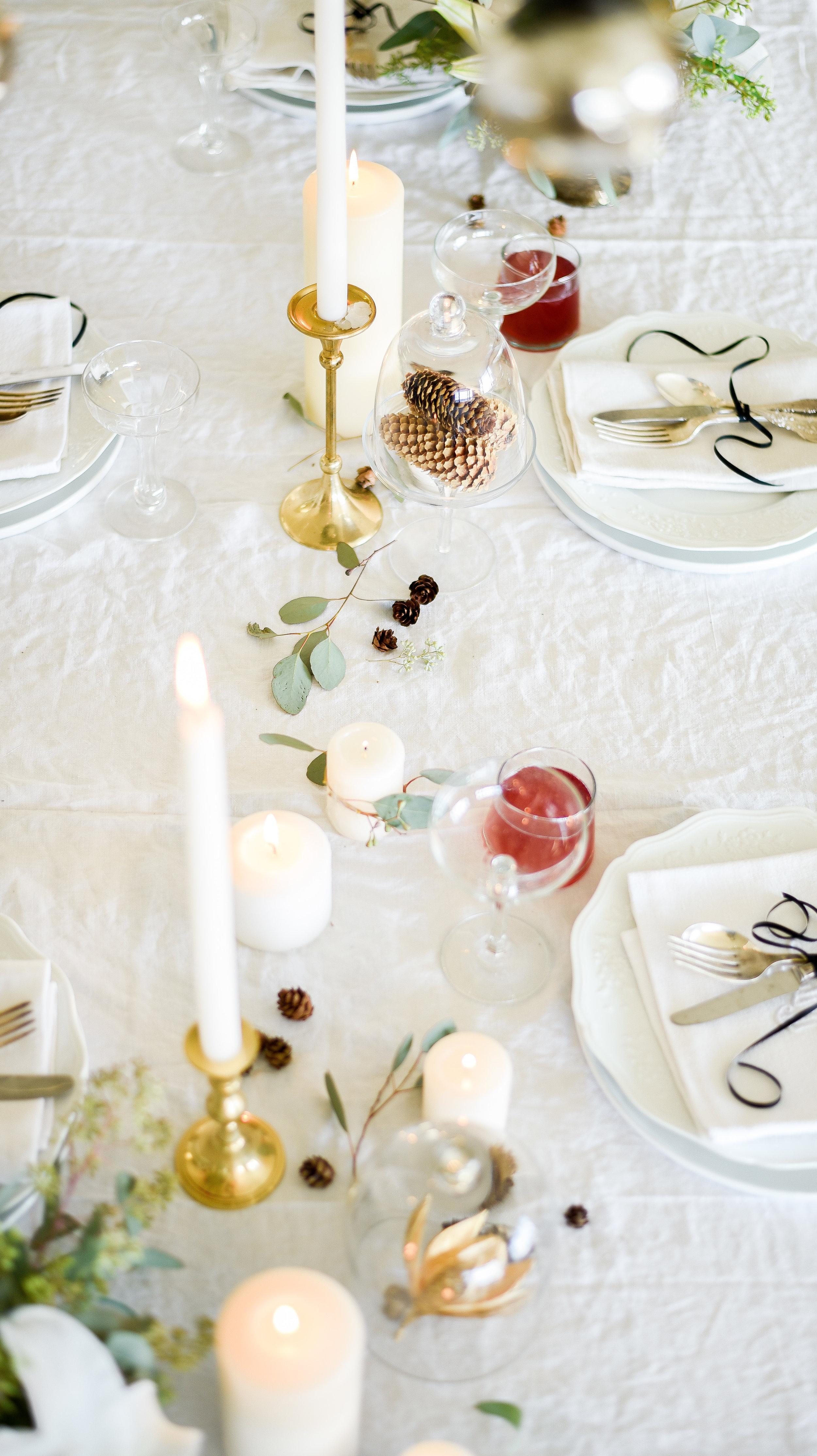 Simple holiday tablescape boxwoodavenue.com