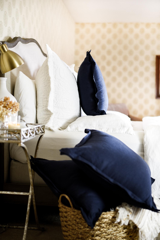 Pottery Barn hack: serged linen pillow covers | boxwoodavenue.com