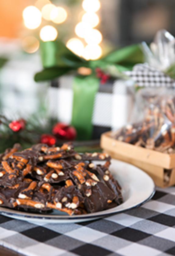 10 Delicious Christmas Treats that aren't Cookies!  // Dark Chocolate Pretzel Bark