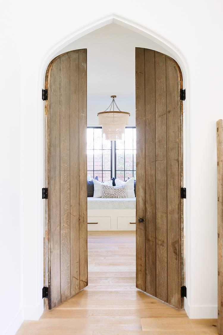 Incredible wood doors PHOTO: AIMÉE MAZZENGA ;DESIGN: CLARE KENNEDY AND  MITZI MAYNARD
