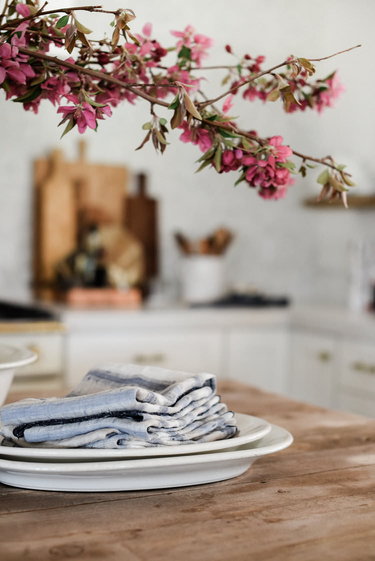 DIY 3-thread rolled hem linen napkins | boxwoodavenue.com