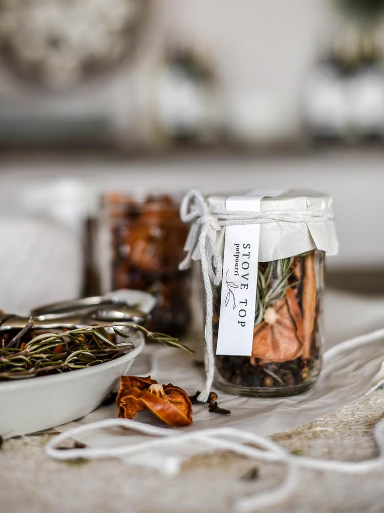 An easy handmade Christmas gift // stovetop potpourri | boxwoodavenue.com