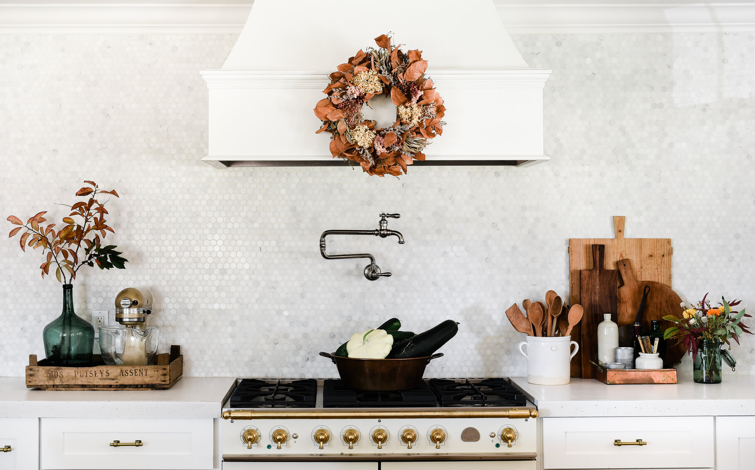 Decorating for fall in a modern farmhouse kitchen from boxwoodavenue.com