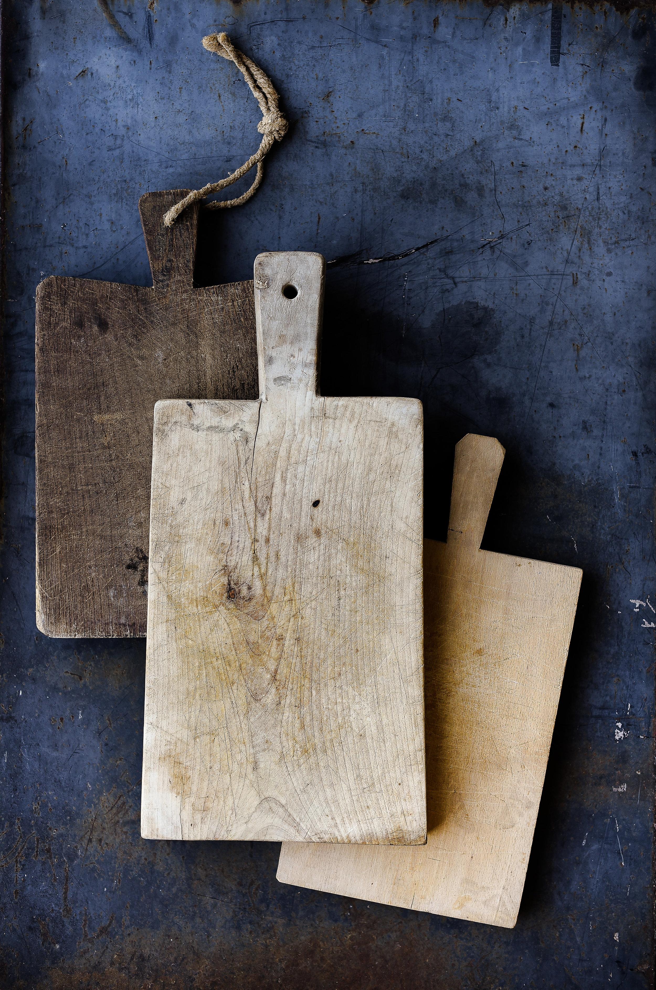 Antique bread boards perfect for a farmhouse kitchen from boxwoodavenue.com
