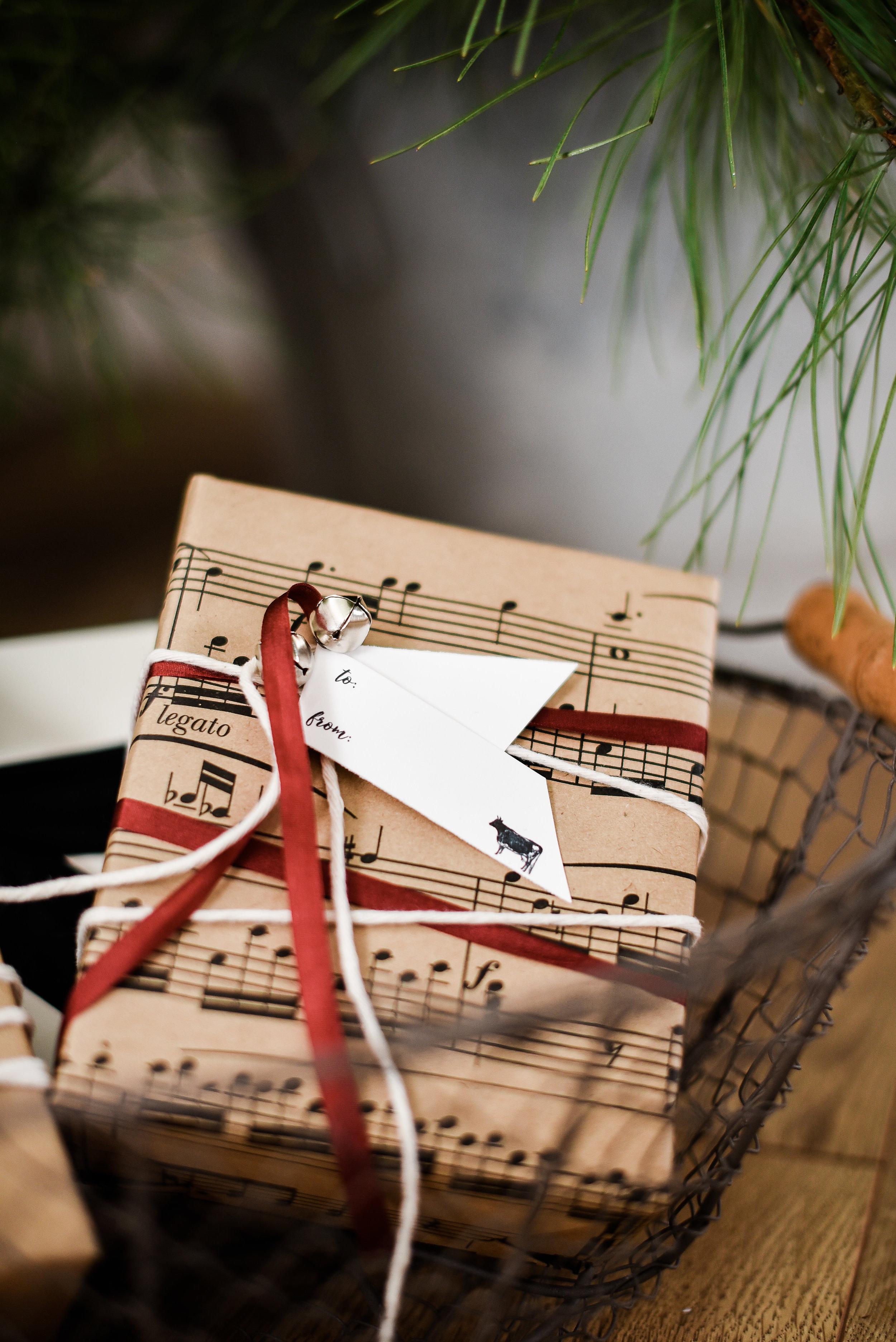 Pretty farmhouse Christmas gift wrap ideas boxwood avenue.com | #christmaswrappingideas #christmasprintable