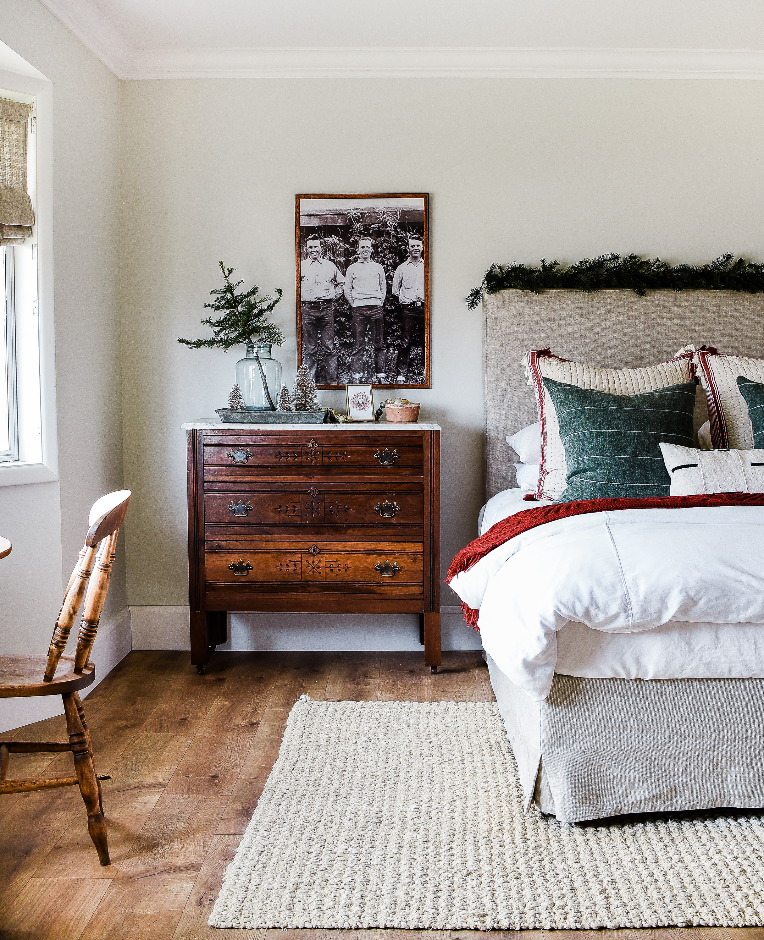 Farmhouse Christmas decorating ideas from boxwoodavenue.com