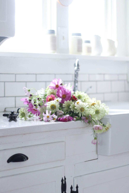 Tips for making beautiful cut flower arrangements from the garden - farmhouse sink with flowers #farmsink #cutflowergarden #gardening