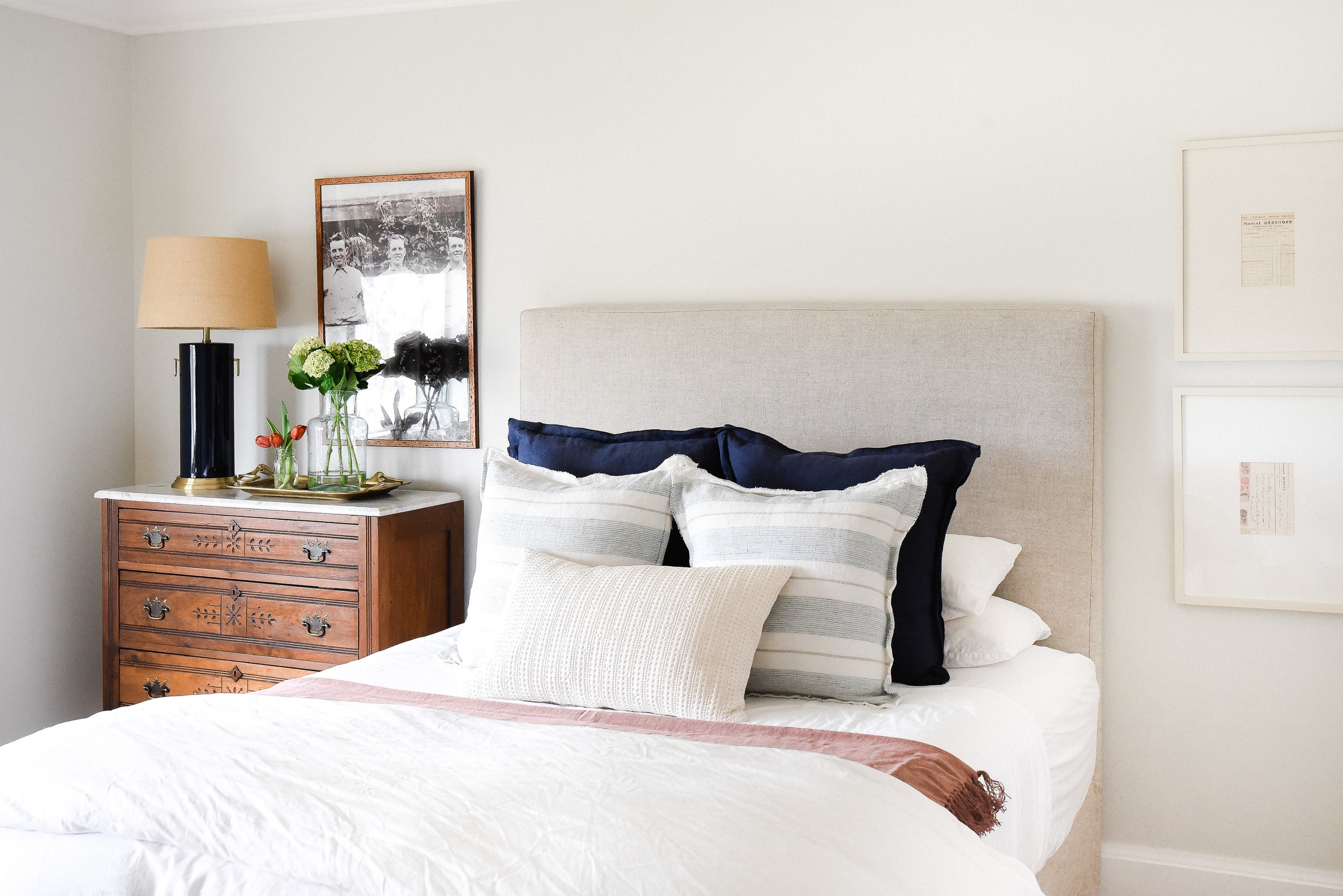 Create a farmhouse bedroom by combining antique farmhouse furniture with modern farmhouse decor! #farmhousedecor #farmhousebedroom boxwoodavenue.com
