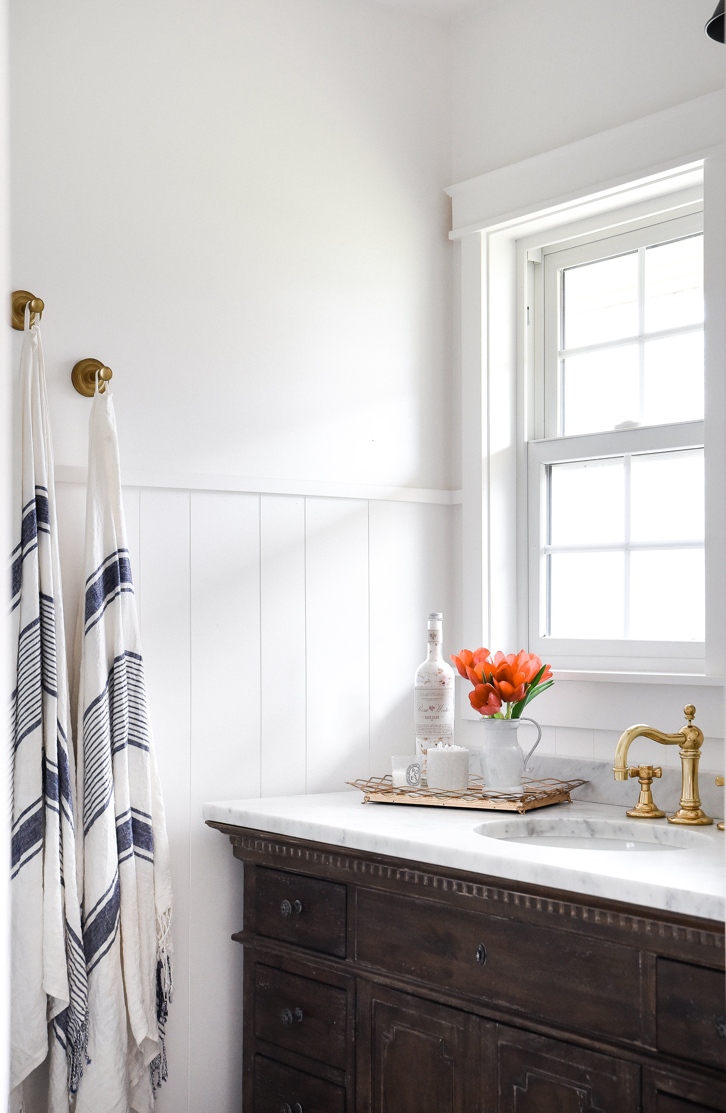 Beautiful white modern farmhouse bathroom design - perfect guest bedroom and bathroom with vintage wood vanity, marble top, and brass fixtures. boxwoodavenue.com #bathroomdesign #farmhousebathroom