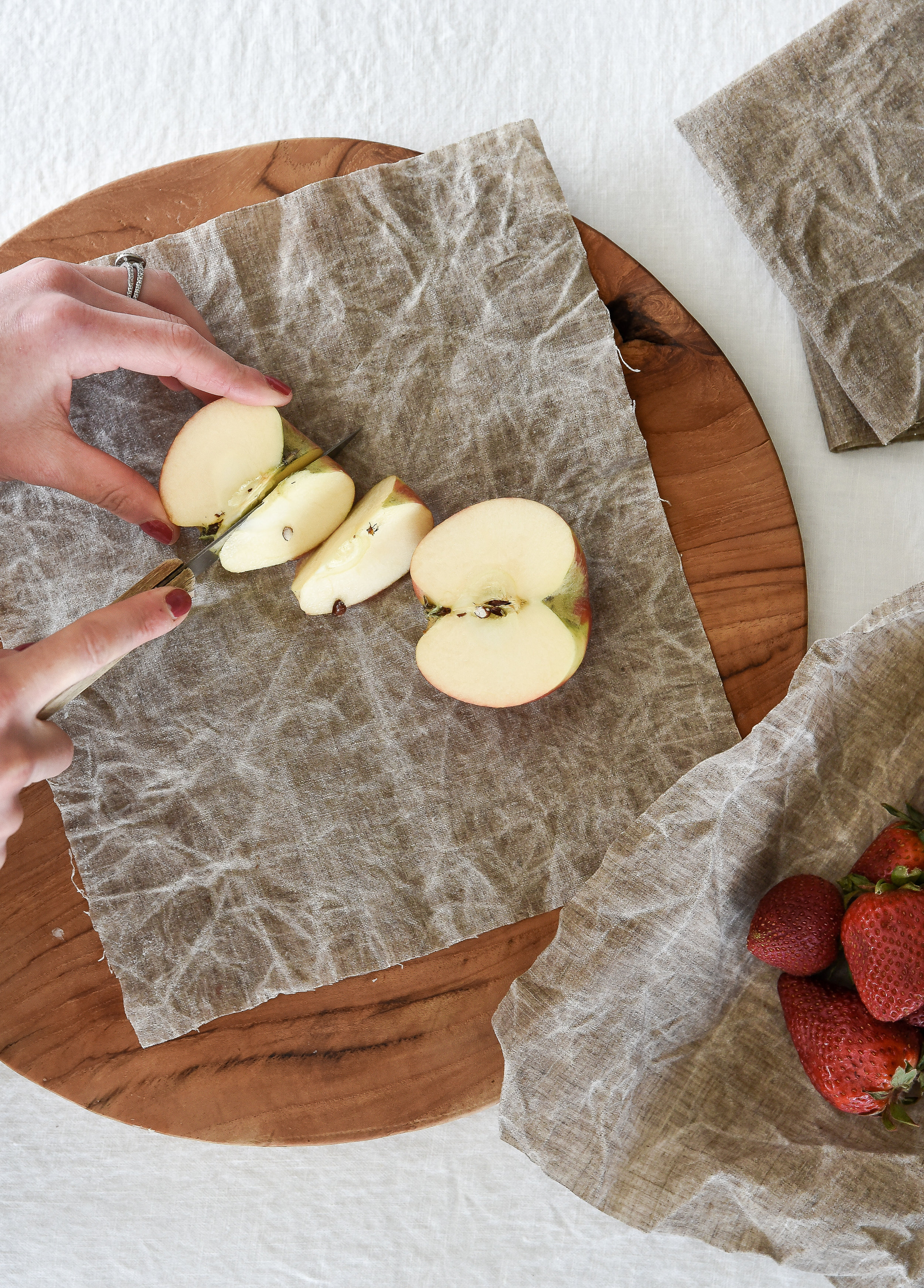 How to make your own Bee's Wrap - DIY Beeswax Wraps from linen or cotton. Green Living and sustainable! #greenliving #sustainable