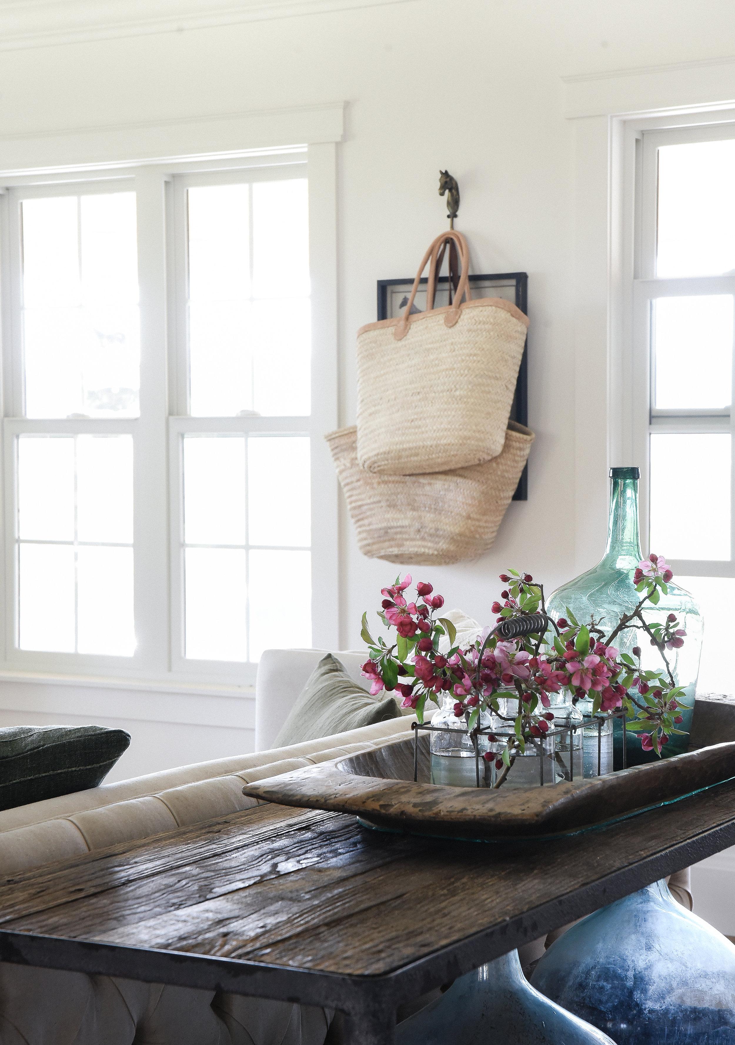 Beautiful Farmhouse Living Room With Market Baskets Hanging And Fresh  Flowers #summerdecoratign #springdecor #