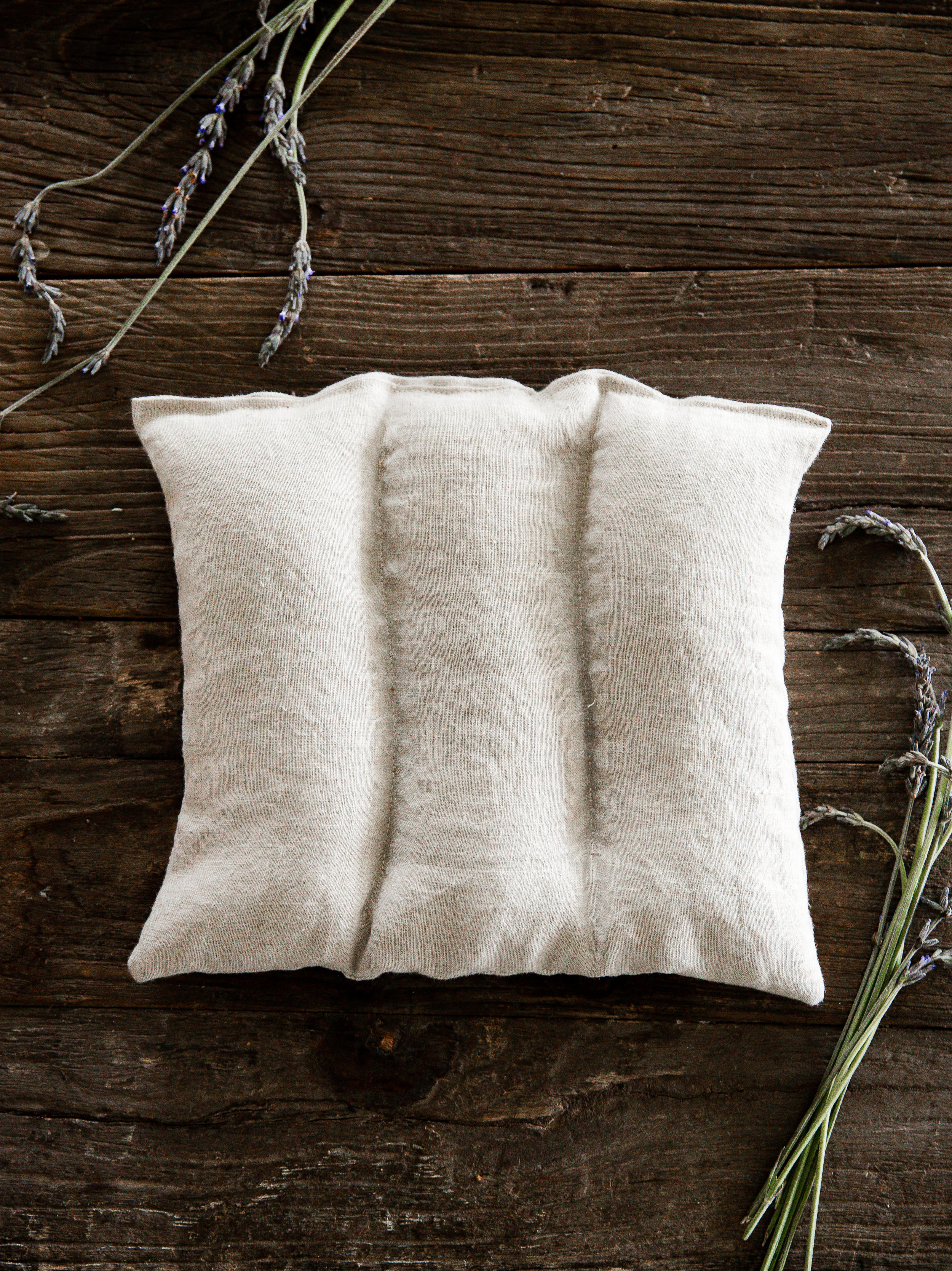 Use scrap fabric to make your own homemade rice heating pad - perfect for back pain or for a DIY gift! Plus add essential oil and dried lavender for an even more relaxing heating pad! #essentialoil #heatingpad #riceheatingpad #boxwoodavenue #sewingprojects