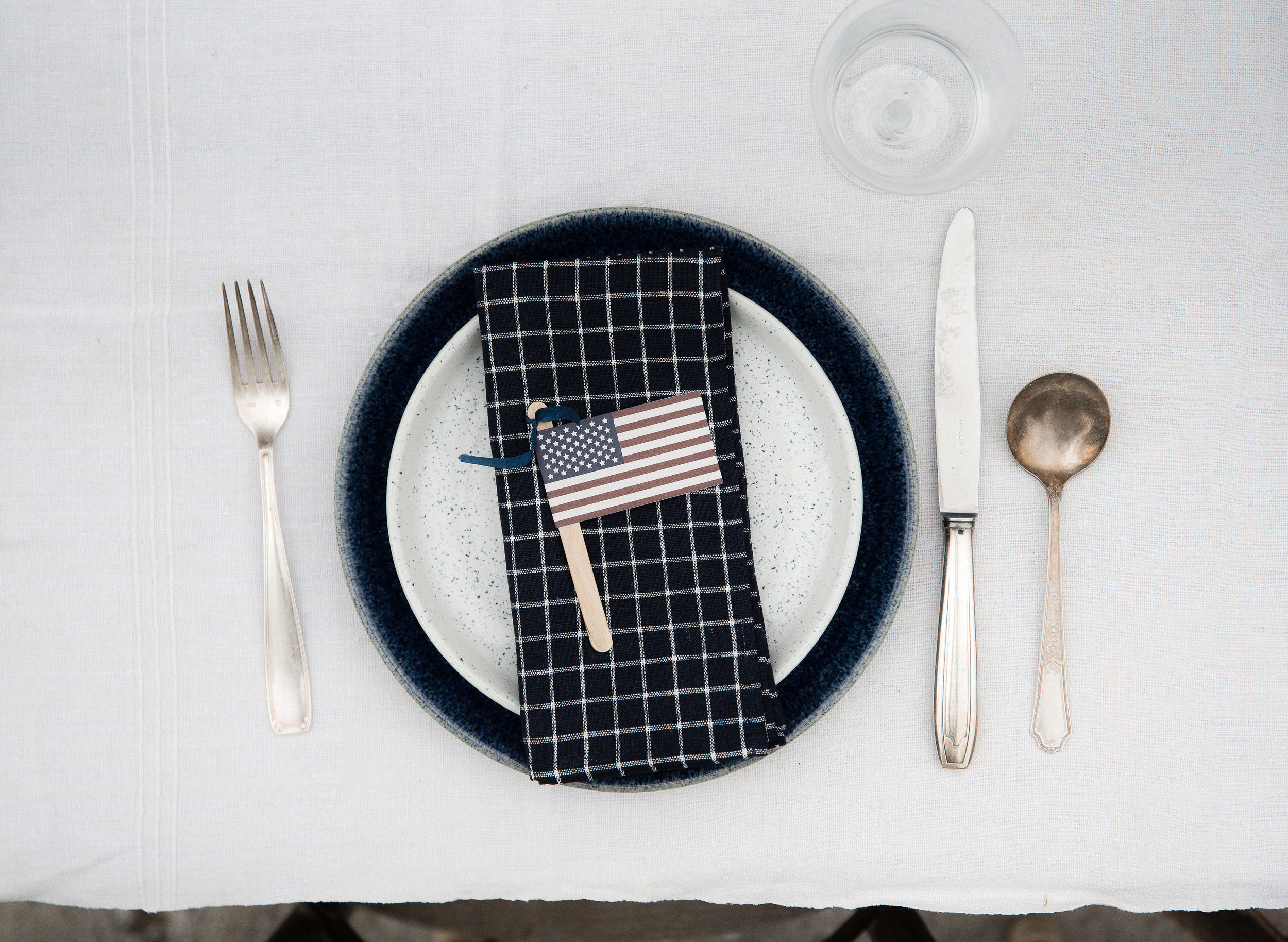 Fourth of July table decor idea with free printable vintage flags and easy centerpieces idea! #4thofjuly #tablescape #boxwoodavenue