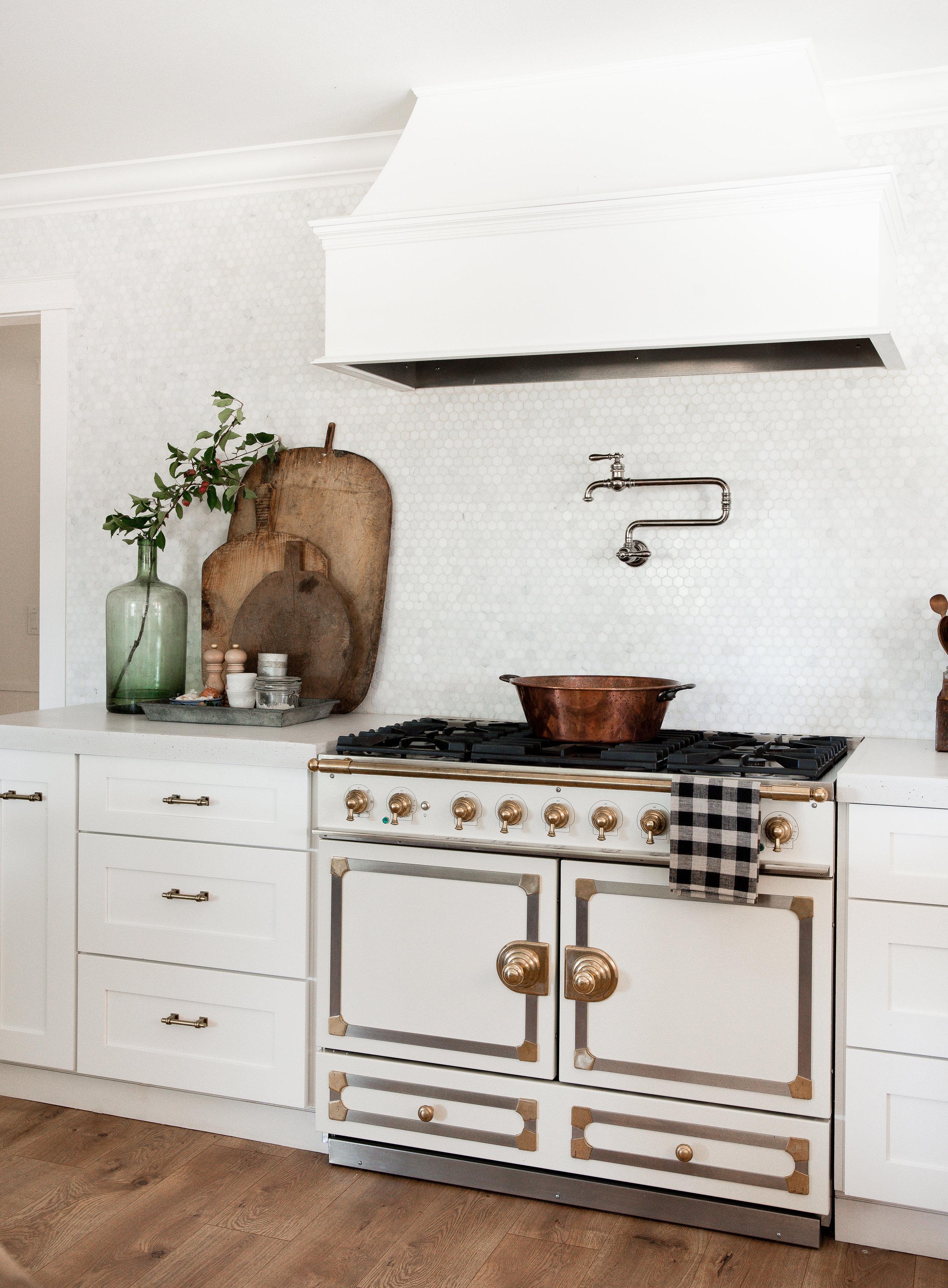 Beautiful white modern farmhouse kitchen with brass hardware and LaCornue stove #farmhousekitchen #modernfarmhouse #whitekitchen
